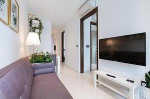 A television and/or entertainment center at Luxury 2br Business Suite