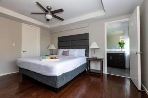 A bed or beds in a room at Stay Alfred on Jackson Street