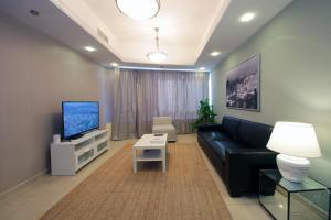 Un lugar para sentarse en Signature Holiday Homes - Luxurious 1 Bedroom Apartment JLT, Dubai