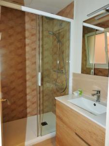 Et badeværelse på Apartamentos Atica