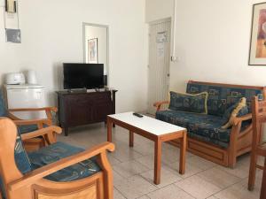 Гостиная зона в Daphne Hotel Apartments