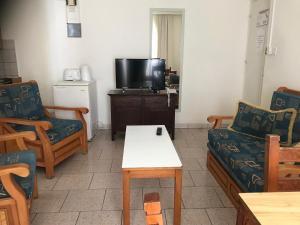 Телевизор и/или развлекательный центр в Daphne Hotel Apartments