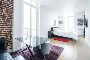 A bed or beds in a room at Gorgeous Paris Eiffel Tower