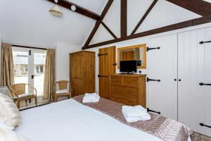 A bed or beds in a room at Vintage Barn Conversion near Faringdon