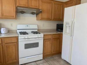 A kitchen or kitchenette at Las Vegas cozy house 15 Min from the strip airport