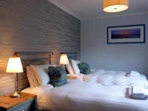A bed or beds in a room at Cherry Tree Cottage