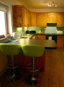 A kitchen or kitchenette at Holly Tree Cottage