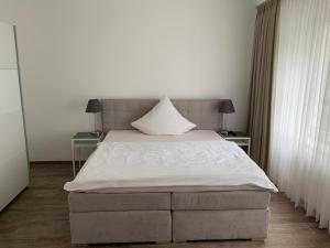 A bed or beds in a room at Hotel und Apartment Garni Eurode Live