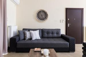 A seating area at Thresh Apartments Airport by Airstay