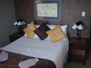 A bed or beds in a room at Dragonfly Cottage