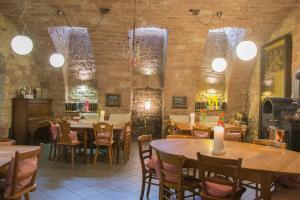 Ein Restaurant oder anderes Speiselokal in der Unterkunft Fuxbau