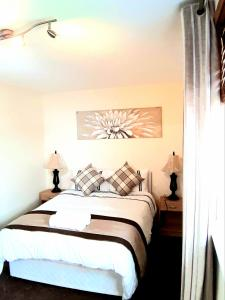A bed or beds in a room at LILY'S FABULOUS APARTMENT GLA-AIRPORT & CITY