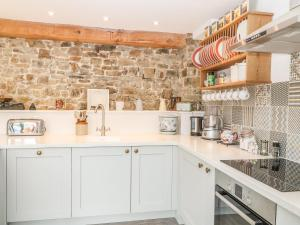 A kitchen or kitchenette at The Woodshed