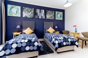 A bed or beds in a room at Ultra-modern 2 Bedroom: Short Walk to Dubai Mall