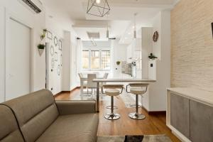 A seating area at Stylish 3 bed flat - up to 7 guests - San Giovanni