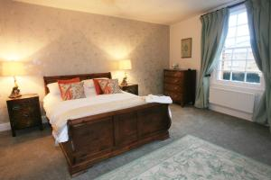 A bed or beds in a room at 20A St Hilda's