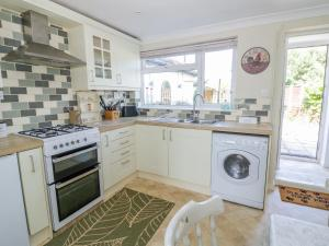A kitchen or kitchenette at 2 Knowledge Cottage