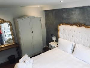 A bed or beds in a room at Stunning Gated Home London