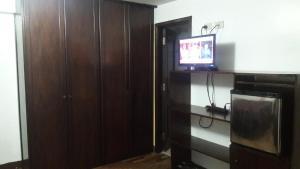 Una televisión o centro de entretenimiento en Wasinkayka Aparts & Rooms