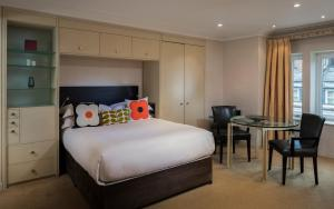 Cama ou camas em um quarto em Cheval Phoenix House at Sloane Square