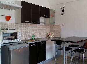 Кухня или мини-кухня в Liani Ammos