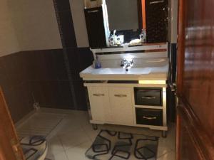 A bathroom at مطار محمد الخامس