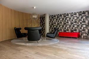 Uma área de estar em Nun Apartments by BnbHost