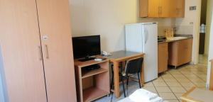 A television and/or entertainment centre at Minto Suites Furnished Apartments