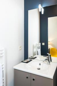 A bathroom at Ténéo Apparthotel Bordeaux Gare Saint Jean