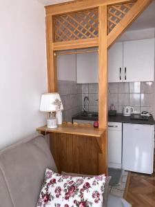 A kitchen or kitchenette at Apartments Golden Bridge