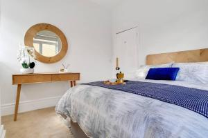 A bed or beds in a room at Stunning 3 Bedroom Home in the Heart of Greenwich