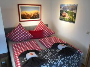 A bed or beds in a room at ALPENFREUND