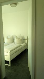 A bed or beds in a room at Studio am Waldrand