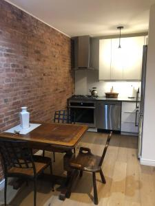 A kitchen or kitchenette at Historic Harlem Duplex