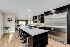 A kitchen or kitchenette at Poolside Oasis in Old Town Scottsdale