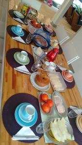 Breakfast options available to guests at Confortável Casa em Angra