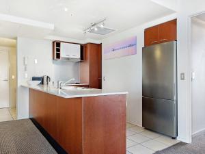 A kitchen or kitchenette at Chevron Renaissance 2 Bed Ocean + River View