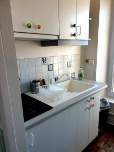 A kitchen or kitchenette at Phoenix 449