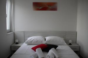 A bed or beds in a room at Apartmani Rea