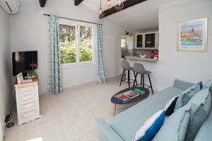 A seating area at Charmante petite maison a l'éntrée de Saint Tropez