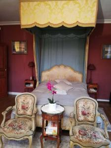 A bed or beds in a room at Château de la Bucaille