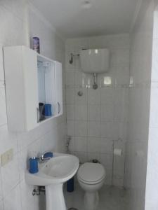 A bathroom at Appartamento con giardino