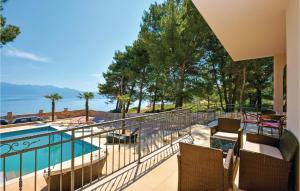 Uma vista da piscina em Holiday Home Sucuraj 04 ou nos arredores