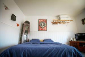 Ein Bett oder Betten in einem Zimmer der Unterkunft Chez Charlotte L'énigme des 4 coffres