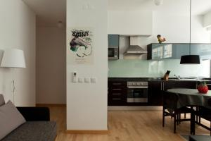 A kitchen or kitchenette at The Lisbonaire Apartments