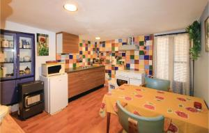 Cuina o zona de cuina de Two-Bedroom Holiday Home in Alcanar