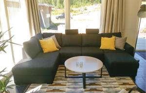 En sittgrupp på Two-Bedroom Holiday Home in Bjuraker