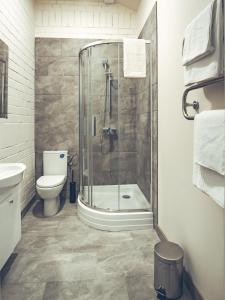 A bathroom at Railway Apartments & Hotel