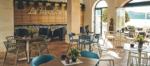 A restaurant or other place to eat at Aparthotel Tramontana Park