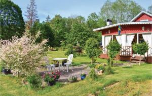 Um jardim no exterior de Three-Bedroom Holiday Home in Fagelmara